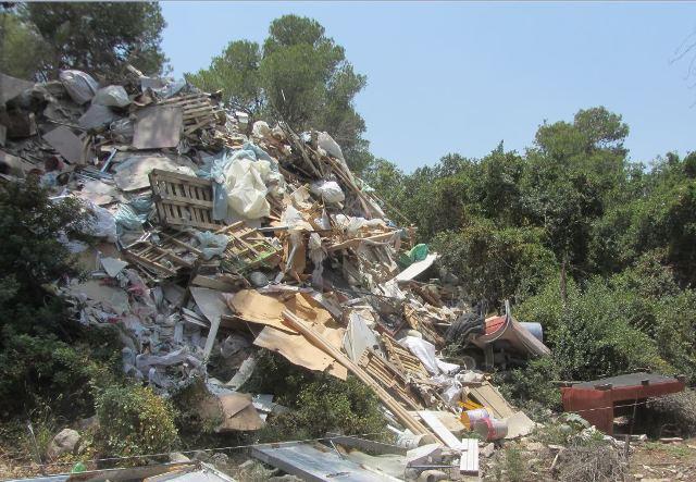 השלכה פיראטית של פסולת בנייה בשטחים פתוחים. צילום: המשטרה הירוקה