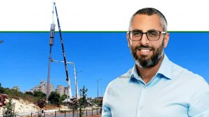 ראש עיריית חריש מר יצחק קשת, ברקע: הקמת אנטנה סלולרית לשיפור הקליטה בעיר | עיבוד צילום: שולי סונגו ©